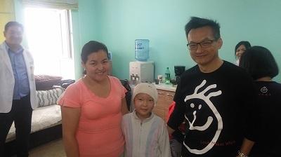 3.桃園長庚整形外科主治醫師陳潤茺與接受手術治療的孩童及其家長合影。
