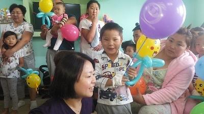 2.蒙古顱顏病童重展笑顏。