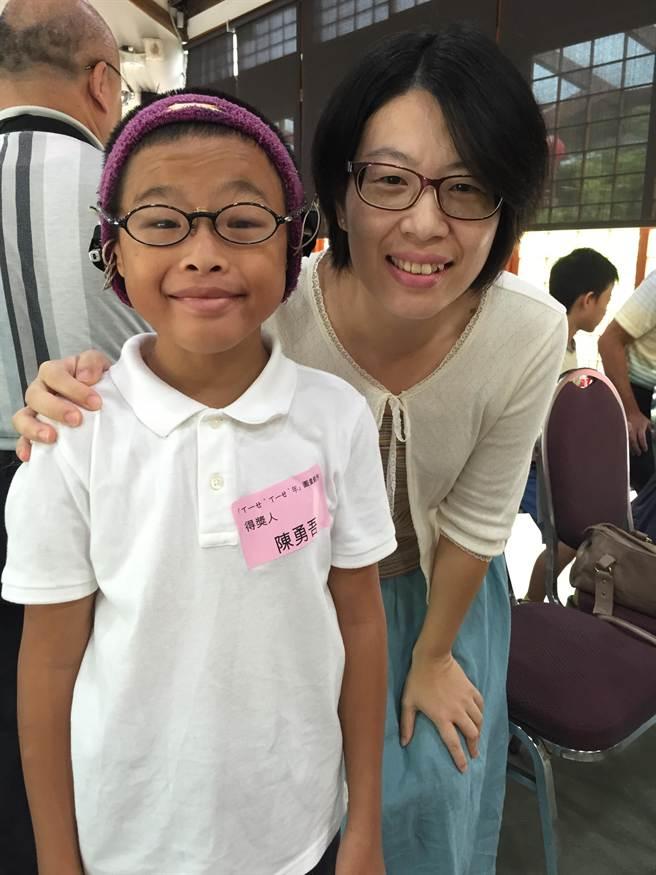 五年級的陳勇吾雖然因小耳症耳道閉鎖,須戴助聽器才能聽見,但他克服身體障礙,最喜歡唱歌與彈鋼琴。(廖珮妤攝)