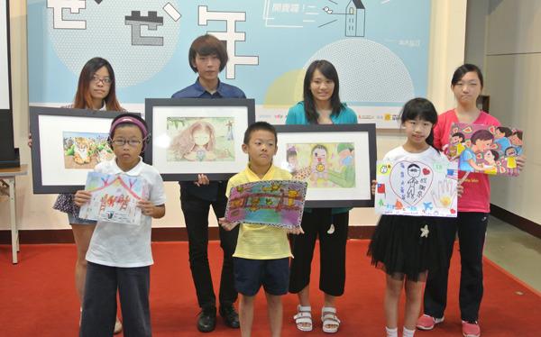 得獎者拿著自己的畫作,開心的展示自己努力的成果。(photo by 許瑋哲/台灣醒報)