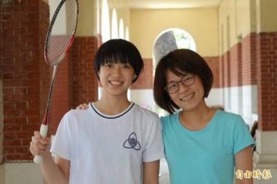 杜玟萱(左)面對缺憾,成為羽球國手,輔導老師鄭涵貞(右)相當欣慰。 (記者黃文鍠攝