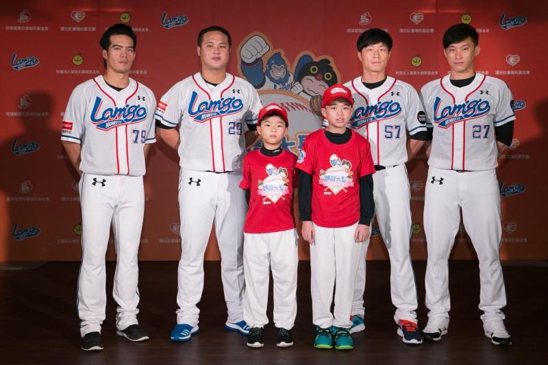 桃猿球星林智平(左一)、陳俊秀(左二)、鍾承祐(右二)、黃浩然(右一)今出席公益活動。(精鍊公關提供)