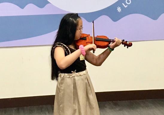 皮爾羅賓症患者仁萱常在學校名列前茅。圖為其演奏小提琴。(photo by 施凱文/台灣醒報)