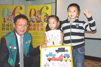 中國信託慈善基金會高人傑執行長(左)陪同兩位顱顏患童分享學習經驗