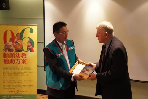 創辦人羅慧夫醫師致贈感謝狀給中國信託慈善基金會高人傑執行長