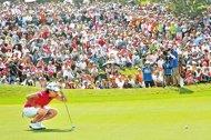 2011揚昇LPGA台灣錦標賽,球后曾雅妮把冠軍獎盃留在台灣。圖為她在第9洞蹲下仔細觀察紋路,滿場觀眾更是屏息以待。(陳信翰攝)