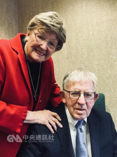 高齡90歲的美籍醫師羅慧夫(右)和夫人白如雪(左)在西元1959年舉家來台,並在1966年成立台灣第一個唇顎裂治療中心,奉獻台灣醫療40年。(羅慧夫提供)中央社記者陳偉婷傳真 106年11月12日