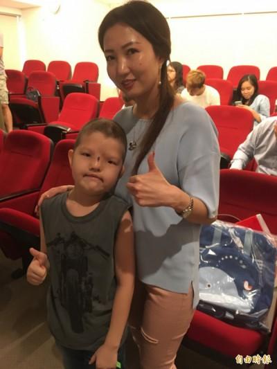 蒙古8歲男孩桑賈和其母親相當感謝台灣醫療團隊的幫忙。(記者林彥彤攝)