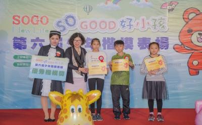 基金會執行長王金英(左二)受邀親自頒獎給趙偉翔(右二)
