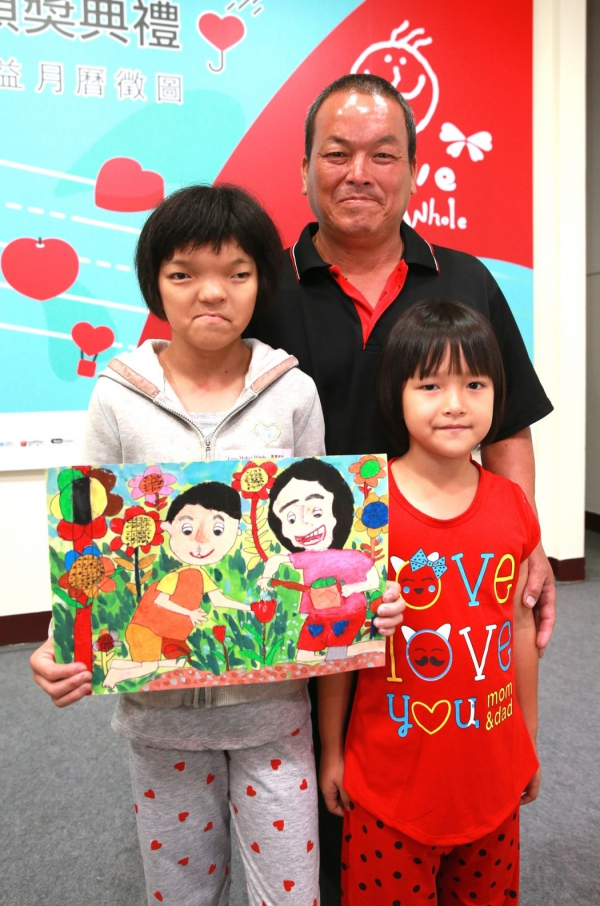 家住屏東的鄭惠方和爸爸、妹妹一起來領獎,她所畫的是由奶奶和小朋友一同幫花澆水,照顧這朵花,如同有缺陷的小孩透過愛心和照顧,也可平安長大。記者黃義書/攝影