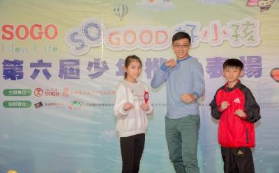 朱木炎(中)與跆拳少年楷模趙偉翔(右一)一起擺出帥氣的動作。