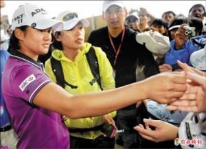 LPGA台灣錦標賽第二天,世界球后曾雅妮(左一)結束比賽後,發送一些簽名貼紙給守候在會館的球迷。(記者張嘉明攝)