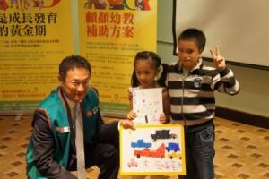 萱萱與育軒致贈畫作給大好人--中國信託慈善基金會高人傑執行長